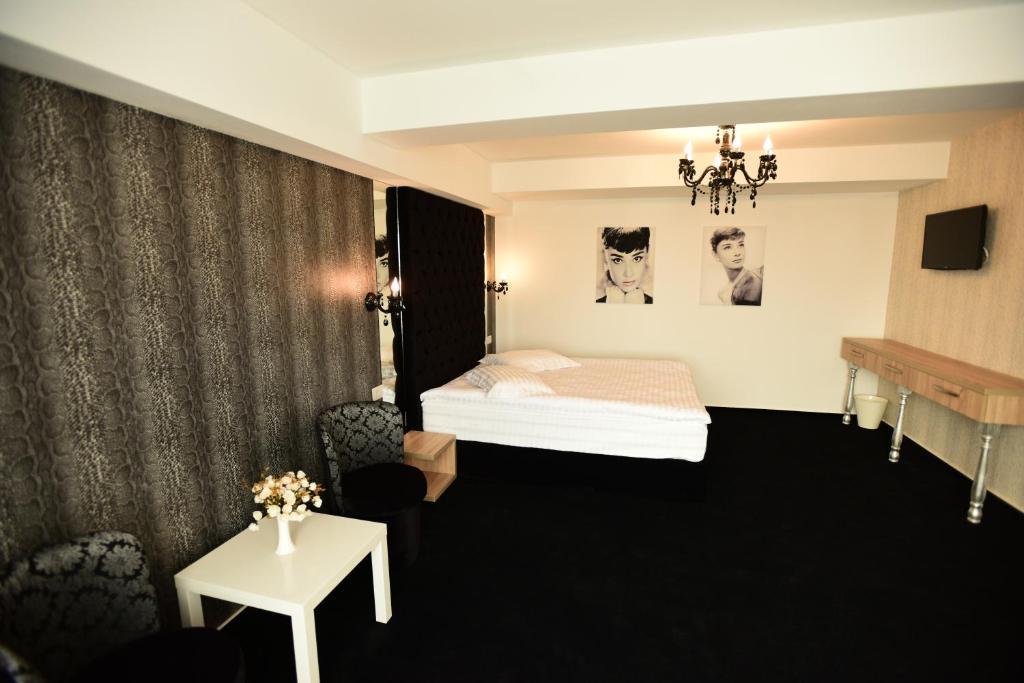 La Rocca Hotel Boutique – Events – Pool & Garden - Camera Matrimoniala Superioara - Privire din lateral