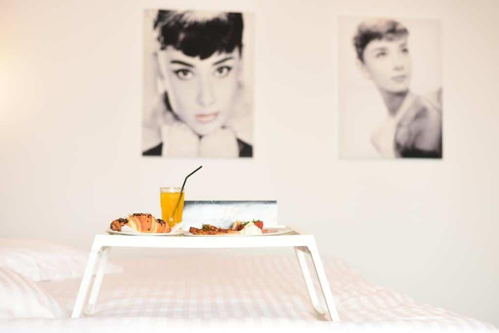 La Rocca Hotel Boutique – Events – Pool & Garden - Camera Matrimoniala Superioara - Mic dejun in pat