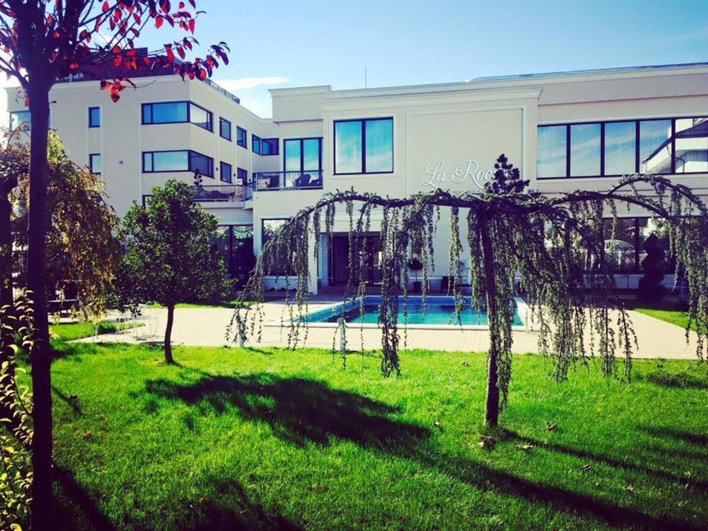 La Rocca Hotel Boutique – Events – Pool & Garden - Piscina exterioara privita din fata