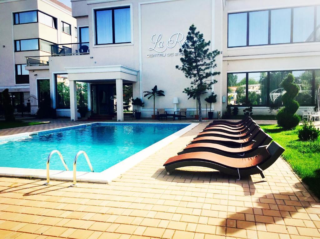 La Rocca Hotel Boutique – Events – Pool & Garden - Piscina exterioara cu sezlongurile aferente