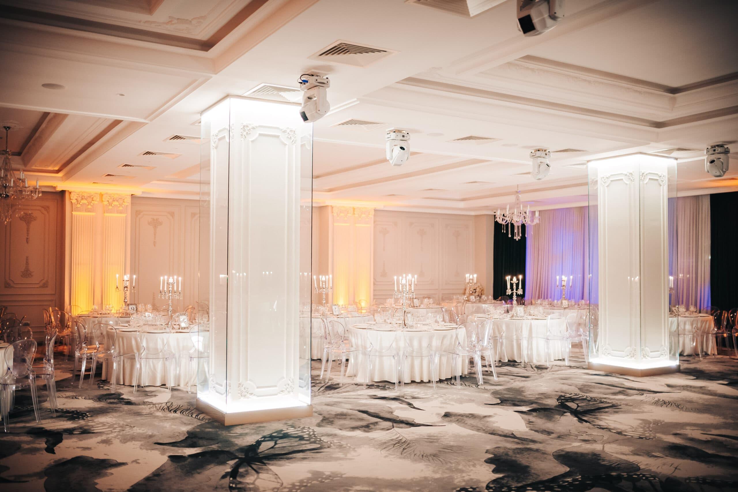 La Rocca Events - Sala Crystal - Mesele invitatilor - Piloni de cristal